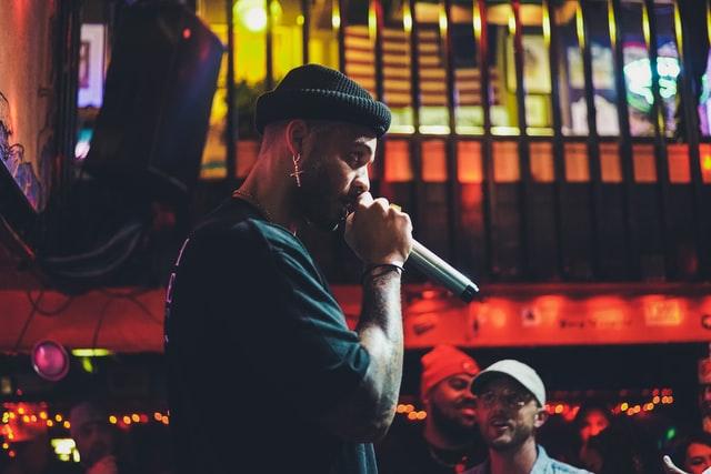 Mann mit Mikrofon